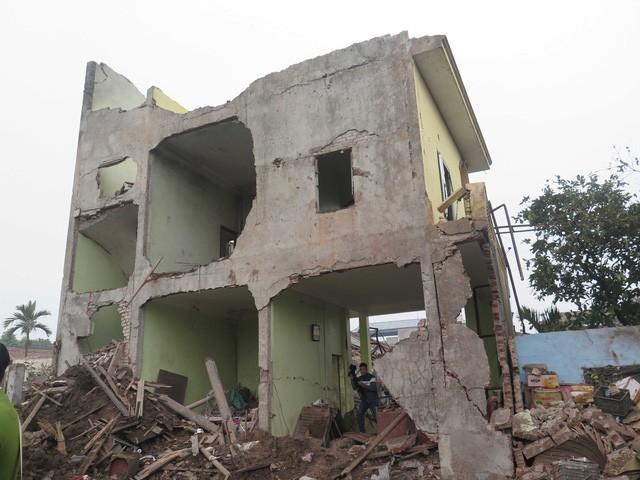 Những ngôi nhà cạnh vụ nổ bị thổi tung, rỗng hết trong đống đổ nát