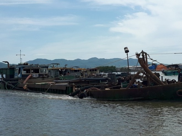 """Nhiều khúc sông đã bị quần nát bởi những chiếc tàu khai thác cát trái phép. Cuộc chiến với """"sa tặc"""" của CSGT vẫn còn dai dẳng, hiểm nguy"""