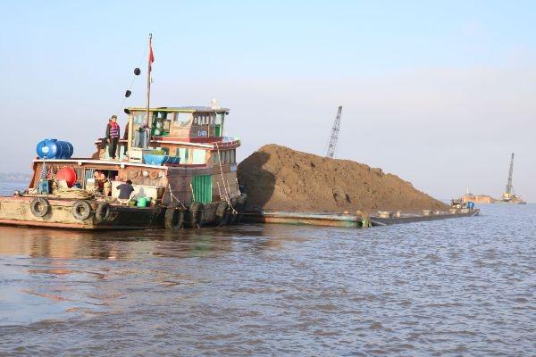 Những chiếc tàu khai thác cát trái phép với số lượng lên tới cả nghìn khối cát khiến cho các dòng sông không lúc nào lặng sóng
