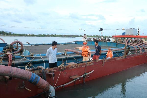 Thủy đoàn III của Cục CSGT phát hiện, thu giữ nhiều tàu khai thác cát trái phép