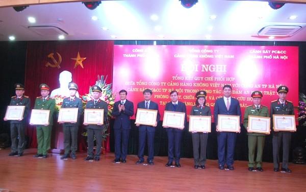 Lãnh đạo Sở Nội vụ tặng Bằng khen của UBND TP Hà Nội cho các tập thể, cá nhân có thành tích trong công tác phối hợp thực hiện quy chế