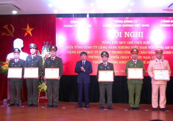 Ông Lê Mạnh Hùng, Tổng Giám đốc Tổng Công ty Cảng hàng không Việt Nam tặng thưởng các đơn vị, cá nhân có thành tích đảm bảo ANTT tại khu vực Cảng HKQT Nội Bài