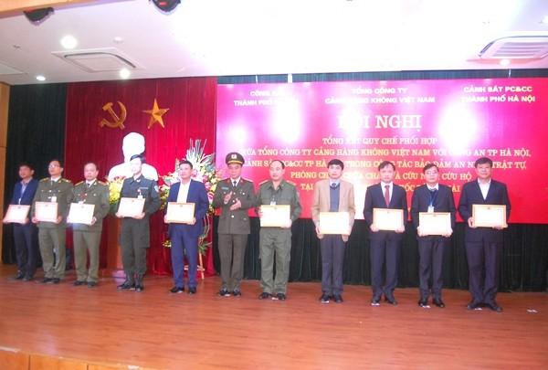 Đại tá Nguyễn Anh Tuấn, Phó Giám đốc CATP Hà Nội tặng Giấy khen của CATP Hà Nội cho các tập thể, cá nhân đạt thành tích giữ gìn ANTT tại khu vực Cảng HKQT Nội Bài