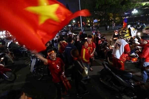 Người dân đổ ra đường ăn mừng chiến thắng của U23 Việt Nam