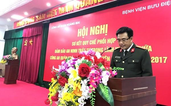 Thượng tá Phạm Ngọc Anh, Phó trưởng CAQ Hoàng Mai báo cáo kết quả công tác phối hợp giữa hai đơn vị, đồng thời khẳng định CAQ Hoàng Mai sẽ tiếp tục nâng cao hiệu quả quy chế phối hợp nhằm đảm bảo tuyệt đối ANTT tại khu vực trong và ngoài bệnh viện