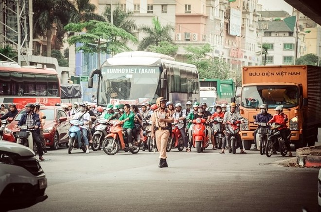 Cho đến 15h cùng ngày, trên các tuyến đường, cửa ngõ ra vào thành phố, mât độ phương tiện và người tham gia giao thông đã tăng cao