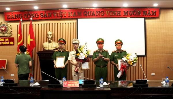 Thiếu tướng Đinh Văn Toản, Phó Giám đốc, Thủ trưởng Cơ quan CSĐT - CATP Hà Nội, chúc mừng các đồng chí được bổ nhiệm chức danh tư pháp