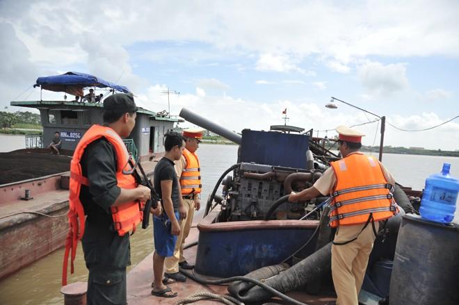 Lực lượng Cảnh sát đường thủy phối hợp với các đơn vị kiểm tra xử lý khai thác cát trái phép