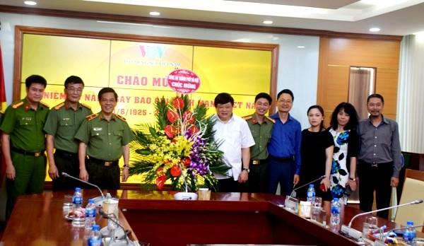 Thiếu tướng Đoàn Duy Khương, Giám đốc CATP Hà Nội tặng lẵng hoa tươi thắm chúc mừng đồng chí Nguyễn Thế Kỷ, Ủy viên Trung ương Đảng, Tổng Giám đốc Đài Tiếng nói Việt Nam