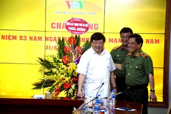 Trong không khí chân tình, nồng ấm, Thiếu tướng Đoàn Duy Khương mong muốn trong thời gian tới sẽ tiếp tục nhân được sự quan tâm, hỗ trợ của Đài Tiếng nói Việt Nam đối với CATP Hà Nội về công tác tuyên truyền, xây dựng lực lượng Công an Thủ đô vững mạnh