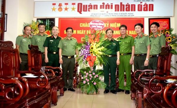 Giám đốc CATP Hà Nội tặng lẵng hoa chúc mừng Thiếu tướng Phạm Văn Huấn, Tổng Biên tập Báo Quân đội Nhân dân