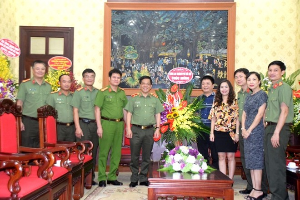 Đồng chí Giám đốc CATP Hà Nội tặng lẵng hoa, chúc mừng Báo Nhân dân nhân kỷ niệm Ngày báo chí Cách mạng Việt Nam