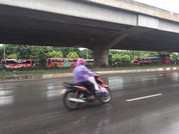 Dọc đường Phạm Hùng, cách bến xe Mỹ Đình chỉ vài trăm mét, các nhà xe thi nhau dừng, đỗ đón trả khách