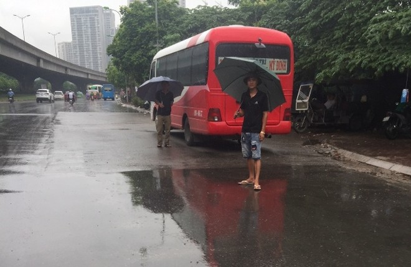 Các phụ xe khách thản nhiên dừng, đỗ đón khách trên đường Phạm Hùng