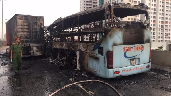 Chiếc xe khách bị cháy rụi và 3 người thương vong sau vụ tai nạn