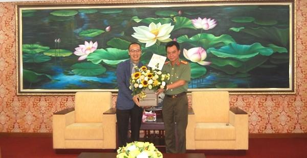 Mục sư Bùi Quốc Phong chúc mừng Ban Giám đốc CATP Hà Nội nhân kỷ niệm 73 năm Ngày truyền thống lực lượng CAND