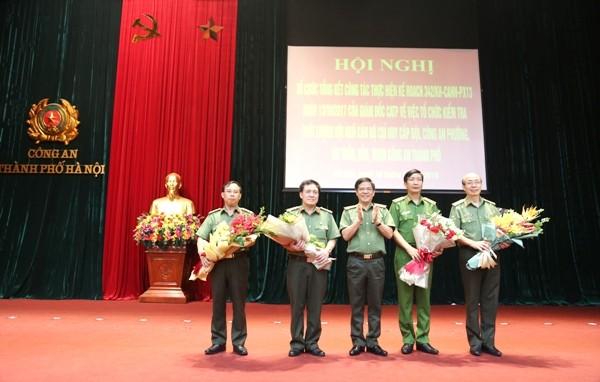 Thiếu tướng Đoàn Duy Khương, Giám đốc CATP Hà Nội tặng hoa, trân trọng cảm ơn sự hỗ trợ, giúp đỡ của các nhà trường, Học viện trong lực lượng CAND