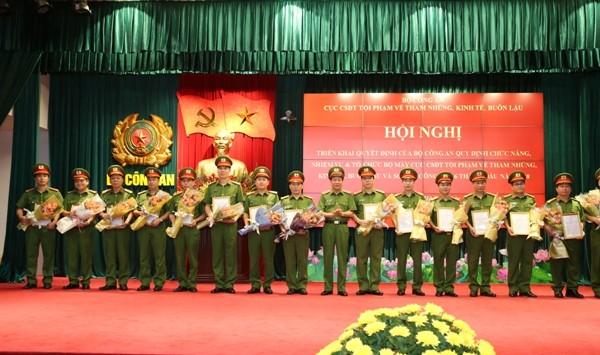 Thứ trưởng Lê Quý Vương trao Quyết định bổ nhiệm của Bộ trưởng Bộ Công an cho các đồng chí Trưởng phòng thuộc Cục