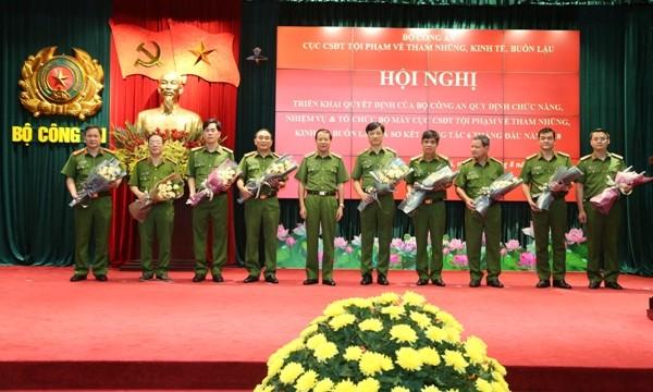 Thượng tướng Lê Quý Vương, Thứ trưởng Bộ Công an tặng lẵng hoa chúc mừng Thiếu tướng Nguyễn Duy Ngọc và các đồng chí lãnh đạo Cục