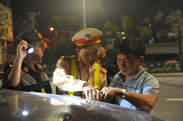 Lực lượng CSCĐ, CSGT phối hợp kiểm tra đối với các trường hợp lái xe có dấu hiệu uống rượu, bia khi điều khiển phương tiện