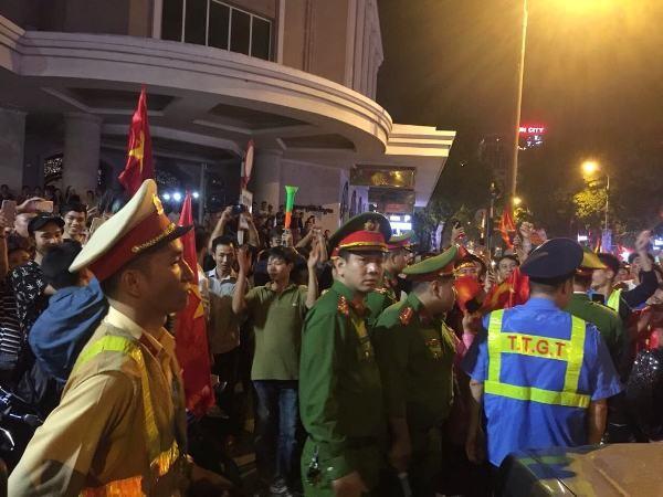 Dòng người hâm mộ đổ về khu vực hồ Hoàn Kiếm rất đông, nhưng tất cả được đảm bảo tuyệt đối an toàn bởi các lực lượng của CATP Hà Nội