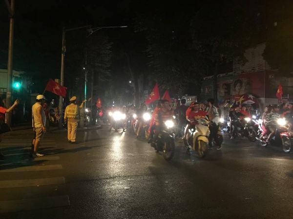 Với sự có mặt chủ động, hiệu quả của CSGT và các đơn vị khác trên toàn thành phố, người hâm mộ đã có một đêm ăn mừng tưng bừng, an toàn