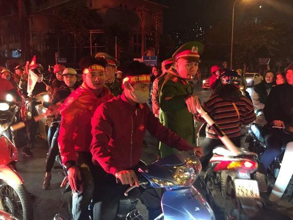 Lực lượng CAQ Cầu Giấy tham gia hỗ trợ phân luồng đảm bảo ATGT sau khi kết thúc trận đấu