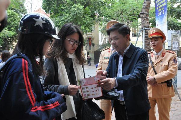 Bộ trưởng Bộ GTVT cùng lực lượng CSGT tuyên truyền các quy định về mũ bảo hiểm, Luật Giao thông cho học sinh