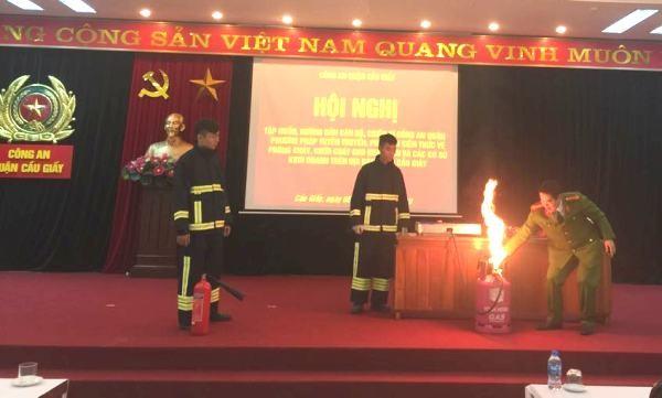 Đại tá Nguyễn Trường Sơn, Phó trưởng CAQ Cầu Giấy hướng dẫn kỹ năng dập tắt lửa khi bình gas rò khí gây cháy