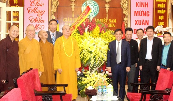 Thiếu tướng Đoàn Duy Khương, Giám đốc CATP Hà Nội và đoàn công tác của CATP Hà Nội tặng lẵng hoa chúc Tết Trung ương Giáo hội Phật giáo Việt Nam
