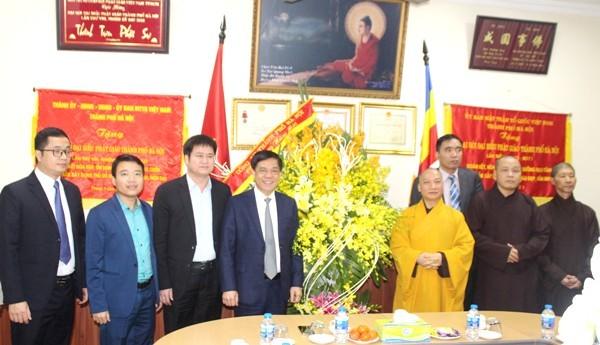 Thiếu tướng Đoàn Duy Khương tặng lẵng hoa, chúc Tết Ban trị sự Giáo hội Phật giáo Việt Nam TP Hà Nội