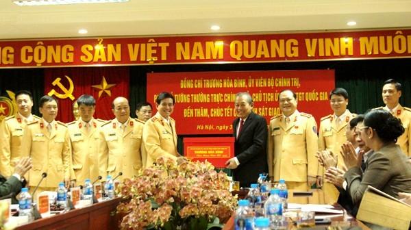 Phó Thủ tướng Thường trực Trương Hòa Bình tặng quà, chúc Tết Cục CSGT