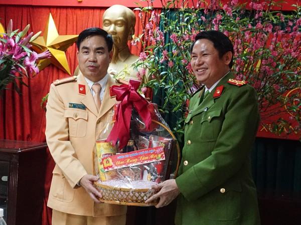 Đại tá Nguyễn Văn Viện, Phó Giám đốc CATP Hà Nội tặng quà chúc Tết CBCS Đội CSGT số 1