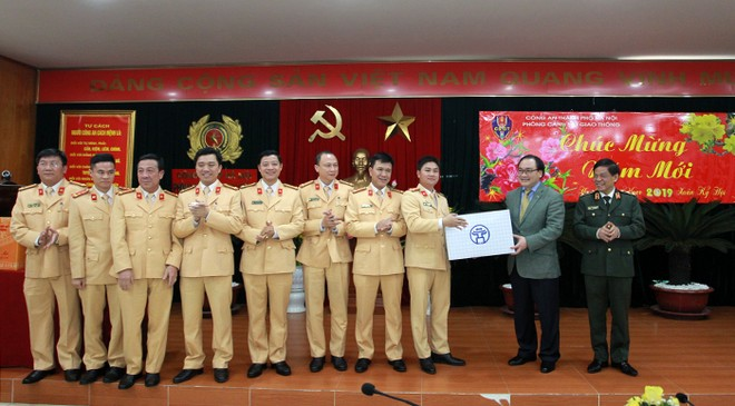 Bí thư Thành ủy tặng quà chúc Tết cho Đảng ủy, Ban chỉ huy và CBCS Phòng CSGT