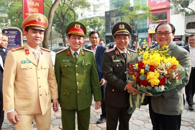 Trung tướng Đoàn Duy Khương, Giám đốc CATP Hà Nội cùng lãnh đạo chỉ huy các đơn vị tặng hoa, vui mừng đón tiếp đồng chí Bí thư Thành ủy