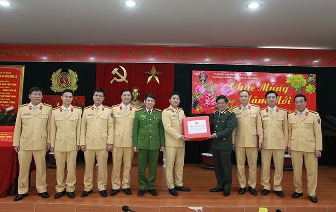 Trung tướng Đoàn Duy Khương, Giám đốc CATP Hà Nội tặng quà chúc Tết Ban chỉ huy, CBCS Phòng CSGT