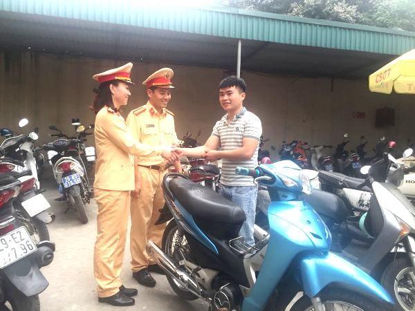Anh Điều vui mừng cảm ơn CBCS Đội CSGT số 6 đã tìm thấy và trao chiếc xe bị mất cắp cho mình