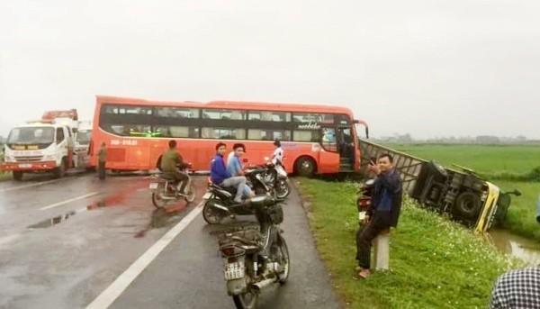 Vụ TNGT nghiêm trọng giữa xe khách với nhiều xe khác trên đường ở Nam Định
