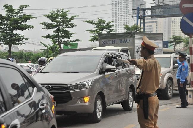 Hiện Phòng CSGT cùng với các đơn vị chức năng đang tăng cường lực lượng ở các cửa ngõ ra vào thành phố, hướng dẫn phân luồng giao thông, đón người dân về Thủ đô sau kỳ nghỉ lễ