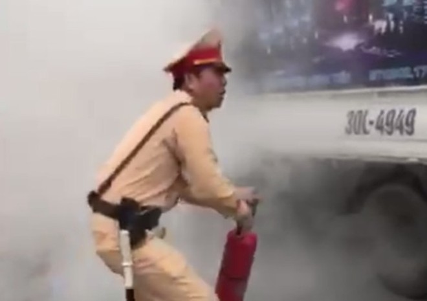 Chiến sỹ CSGT nhanh chóng dập lửa từ gầm chiếc xe tải
