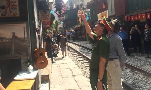Lực lượng liên ngành tiến hành kiểm tra, tuyên truyền cho các hộ dân thực hiện nghiêm việc không bày bán hàng hóa, lấn chiếm hành lang ATGT đường sắt để kinh doanh