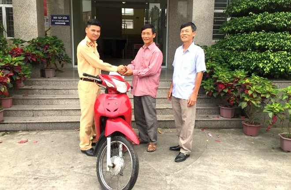 Ông Thúy vui mừng cảm ơn các CBCS Đội CSGT số 14 cùng tổ công tác 141 đã giúp đỡ tìm thấy chiếc xe cho gia đình