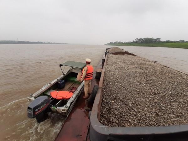 Cận cảnh những 'quái vật' hút cát trái phép trên sông Hồng ảnh 2