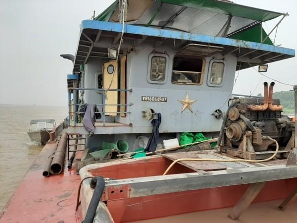 Cận cảnh những 'quái vật' hút cát trái phép trên sông Hồng ảnh 4