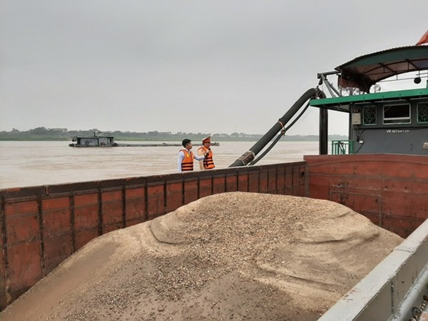Cận cảnh những 'quái vật' hút cát trái phép trên sông Hồng ảnh 8