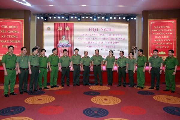 Lãnh đạo các đơn vị tham dự Hội nghị chụp ảnh lưu niệm