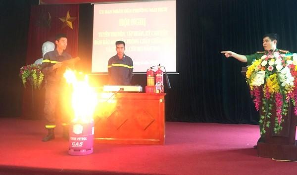 Đại tá Nguyễn Trường Sơn, Phó trưởng CAQ Cầu Giấy hướng dẫn người dân kỹ năng dập lửa khi rò khí gas