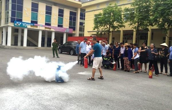 Các chủ nhà trọ, người dân được Cảnh sát PCCC hướng dẫn kỹ năng dập lửa