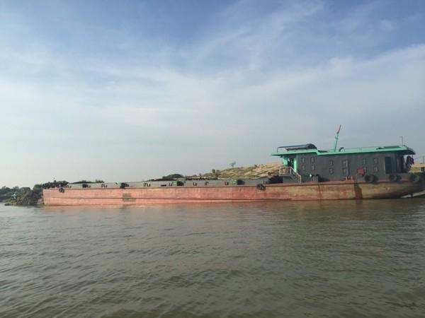 """Nhiều tỉnh, thành giáp ranh với Hà Nội cấp phép cho hoạt động khai thác cát, quản lý lỏng lẻo đã khiến cho """"cát tặc"""" lợi dụng để hoạt động"""