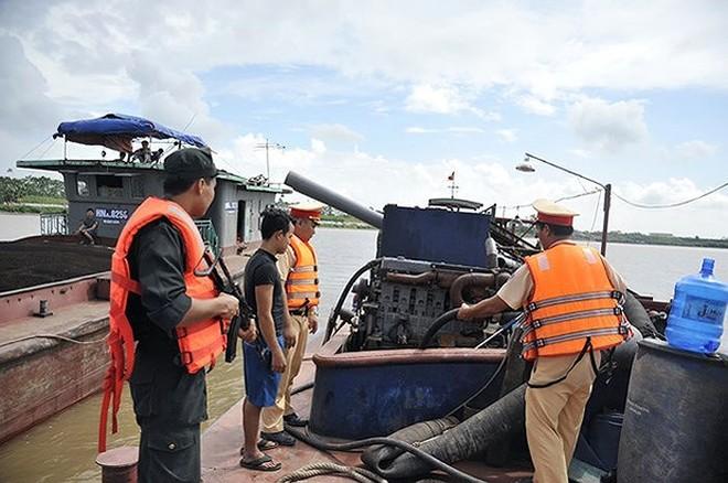 """Lực lượng CSGT, Phòng CSGT - CATP Hà Nội phối hợp với các đơn vị nghiệp vụ truy quét """"cát tặc"""" trên thượng nguồn sông Hồng"""
